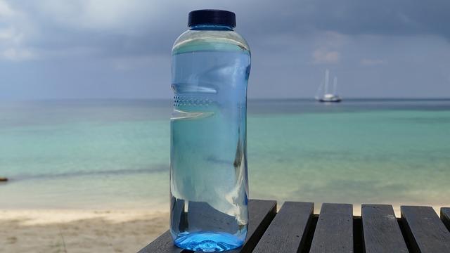 Massor med plast i flaskvatten